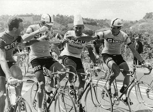 ciclisti si alimentano in corsa