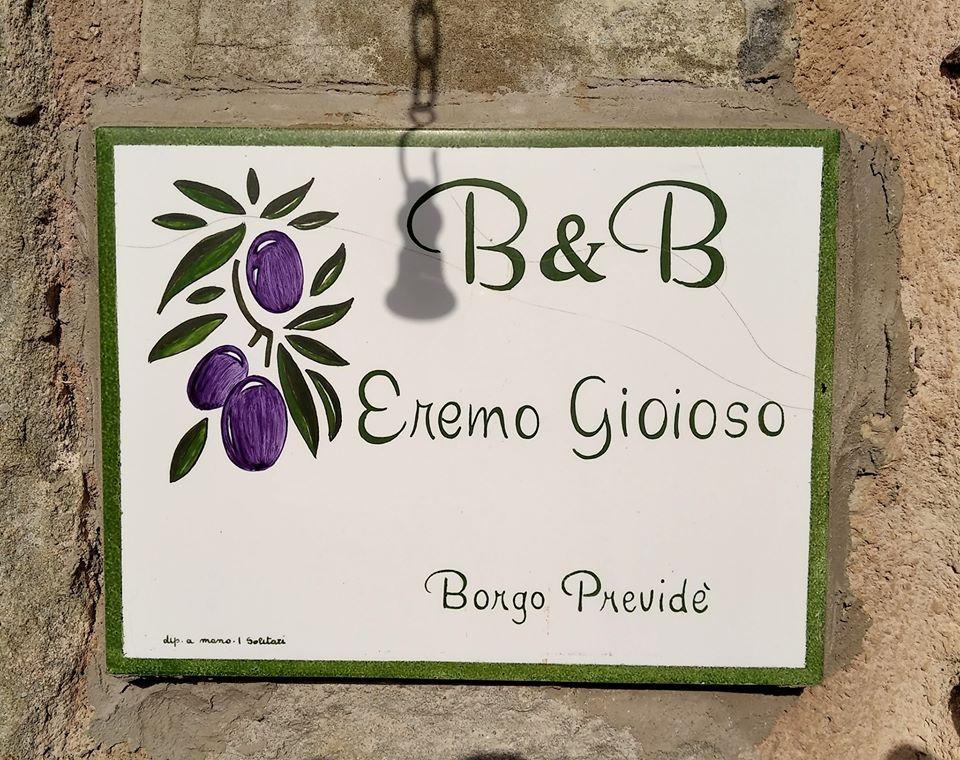 B&B Eremo Gioioso: la piccola piastrella decorata a mano, posta vicino alla porta d'ingresso