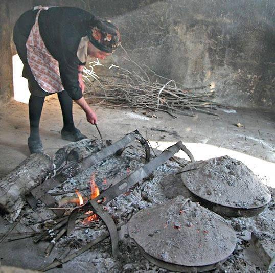 Recipiente di cottura tipico della Lunigiana: il testo in ghisa