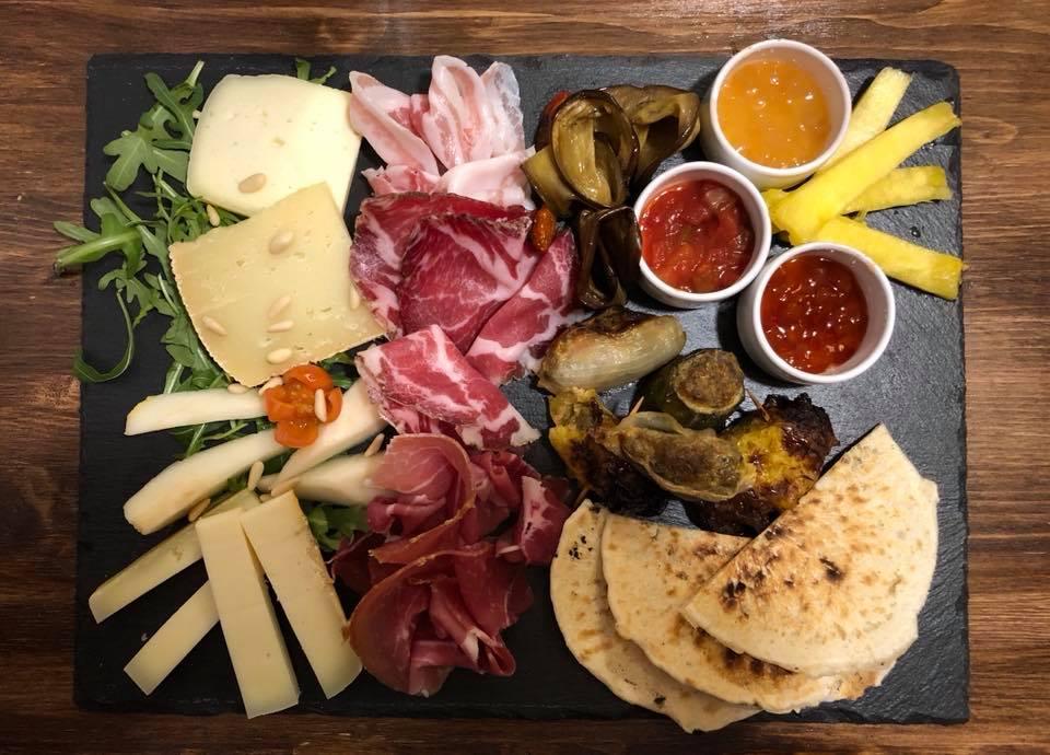 Vassoio di pabnigacci con selezione di salumi e formaggi, serviti presso il ristorante Country a Pontremoli