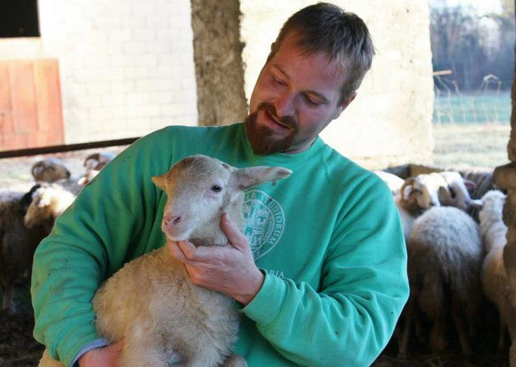 Alessandro Ferdani con uno dei suoi agnelli