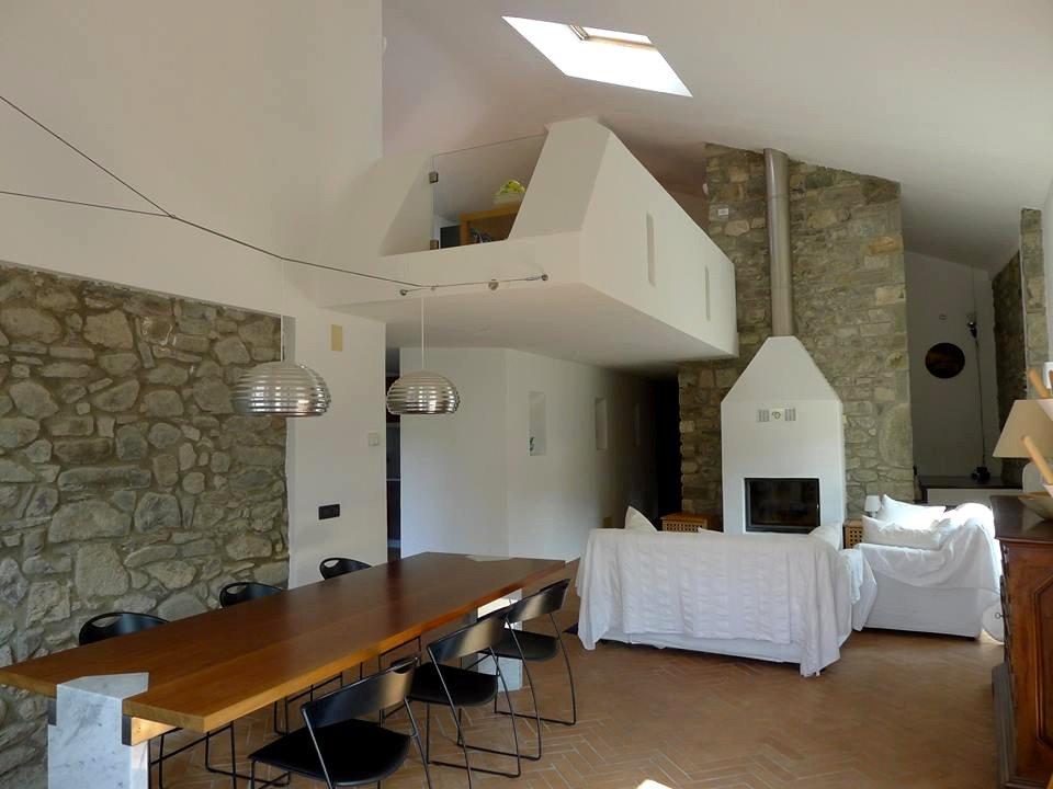 Casa in Lunigiana: il salone con camino