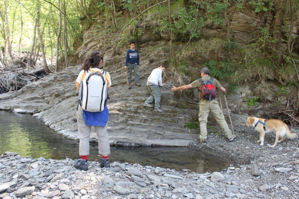 Famiglia con bambini in escursione al Piscio di Pracchiola